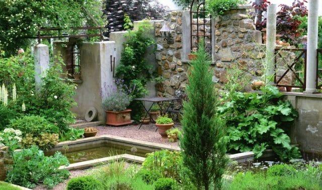 Блоки, предназначенные для возведения садовой стены