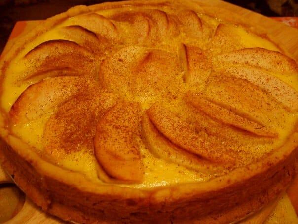 Осторожно выложите блинный пирог из формы на разделочную доску