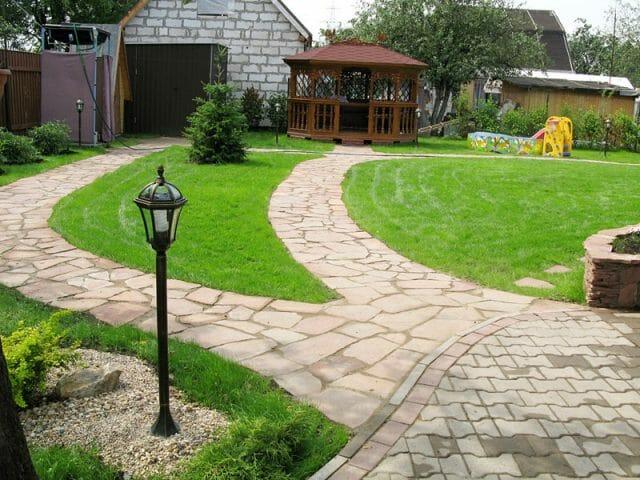 Схема садовых площадок и дорожек, как и выбор материала для их мощения, зависит от того, каким образом вы собираетесь их использовать