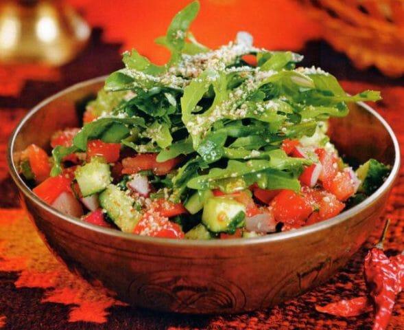 Полейте салат, осторожно перемешайте и подавайте