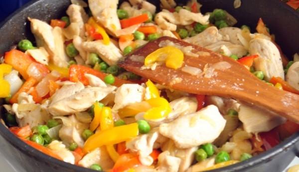 Рагу с куриным филе и горошком