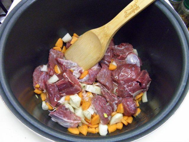 Кулинарный рецепт: тушёная говядина с черносливом