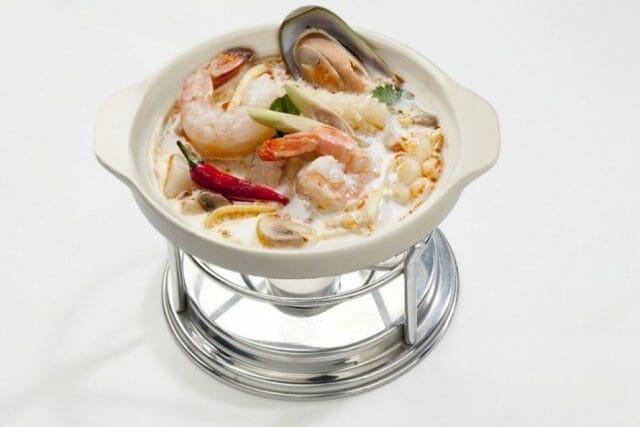 Налейте суп и подавайте с дольками лайма