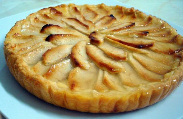 Поставьте открытый пирог на нижнюю полку духовки
