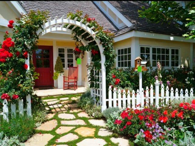 Палисадник вокруг дома в саду