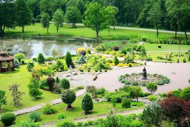 Элементы, выделяющие зоны садового участка
