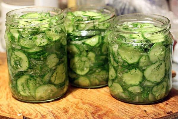 Салат из огурцов на зиму: с маринованным луком и маслом. Просто до гениальности!